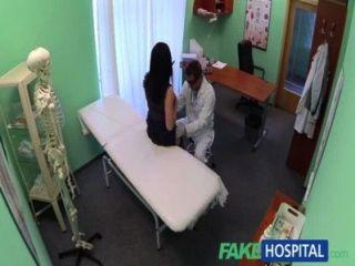 假醫院沒有健康保險導致害羞的病人支付