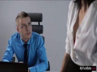 性感的秘書sheri vi誘惑她的老闆和他媽的他