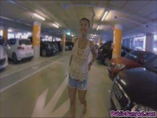 亞洲蕩婦沙龍李在洗手間自慰和獲取撞在車庫