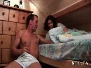 年輕的業餘法國蕩婦陰部舔和屁股上了她的室友