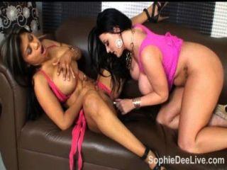busty英國sophie dee得到她的陰部舔舔meximilf!
