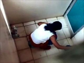 4個女孩從孟買大學廁所小便