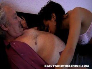 布魯斯一個骯髒的老男人愛他媽的年輕女孩喜歡佩特拉