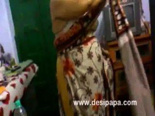 成熟印度bhabhi改變在臥室大胸部暴露