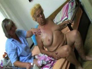 使用假髮的成熟婦女在胖的老婆婆