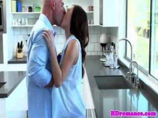 年輕模型夫婦開始在廚房裡