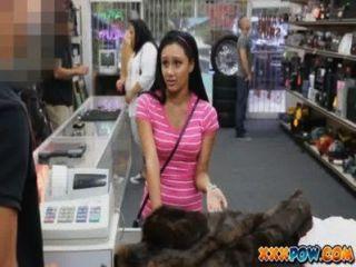 可愛的拉丁女孩討價還價得到她的貓充滿公雞