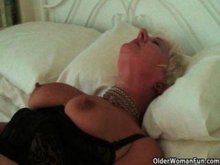 高度性別的奶奶桑迪摩擦她刺穿的陰蒂