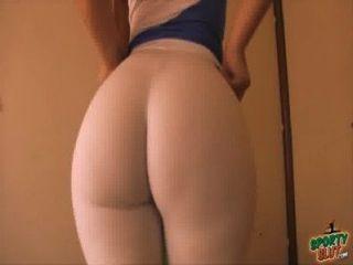最好的超級屁股獎得主!伸展在白色緊身褲!