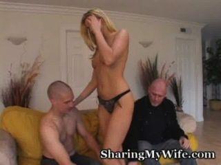 好奇的夫婦尋找他媽的妻子的年輕傢伙
