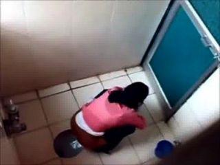 3大學女生在廁所的著名孟買學院