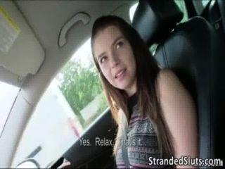超熱的性感豐滿的青少年錯過了一輛公共汽車給她的媽媽被陌生人救出