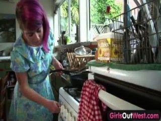 女孩出西西多毛的澳大利亞小雞下車