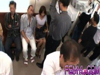 性感的亞洲milf得到性交在火車上