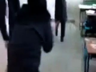 穆斯林大學女孩玩他媽的遊戲在頭巾
