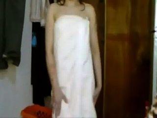 印度性感的女孩跳舞到在毛巾的電影歌曲