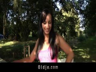 黑髮青少年是在她的院子裡他媽的外國oldguy