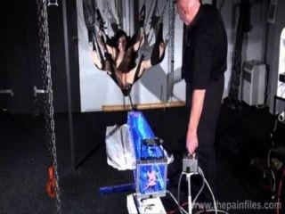 他媽的機器懲罰elise墳墓在鐵桿奴隸擺動提交