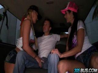 色情明星鳳凰瑪麗和阿瓦·阿達姆斯接管了305bus和他媽的