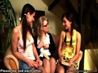 老老師顯示她的青少年學生如何親吻和寵物女孩