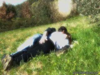 做愛在草地上