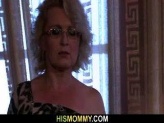 她被角質女同性戀的媽媽喚醒