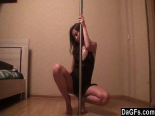 性感的俄國青少年喜愛桿跳舞