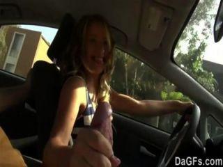 她想要他媽的在車里為她的第一個性愛場面