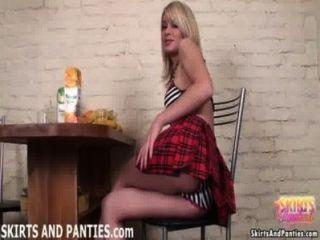 金發女學生sascha閃爍她條紋的內褲