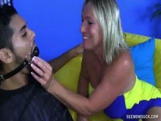 顯性的女士吸一個年輕的公雞