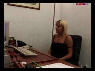 意大利金發秘書手淫在辦公室意大利色情