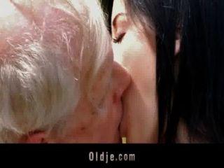 年輕的黑髮蕩婦他媽的與爺爺在公園裡
