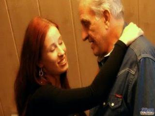 紅頭髮放蕩的小雞獎勵慷慨的爺爺與他媽的