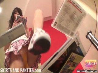 拉拉閃爍她的內褲,同時整理