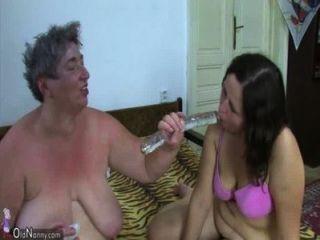 老奶奶老脂肪奶奶和脂肪青少年享受與假陽具和年輕人