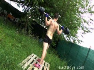 肌肉男孩室外鍛煉和陣雨