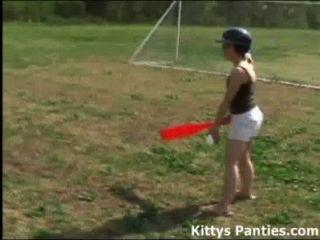 無辜的青少年小貓打戶外壘球