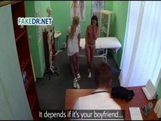 護士得到病人準備好醫生