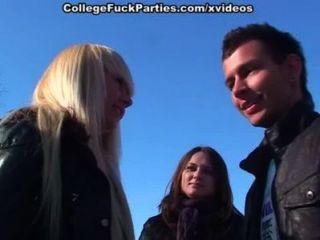 集會的女孩在吮和性感的學院他媽的在雪
