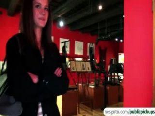 美麗的凱利暴露山雀和屁股在博物館換取現金