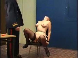 嚴重打屁股處罰俄羅斯女孩