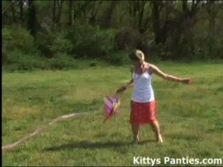 無辜的青少年小貓飛她的風箏