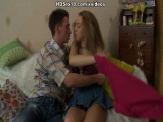 女孩他媽的迪克和做極端深喉嚨,直到它暨