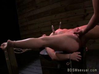 綁起寶貝與乳頭泵振動和性交