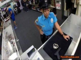 警察典當她的槍和他媽的