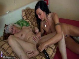 oldnanny老皮包骨頭的女人手淫與年輕的女孩和她的男朋友