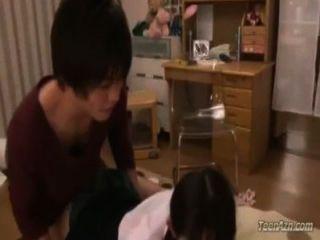 女學生得到她的陰部他媽的暨到嘴吸吮在床上的傢伙在r