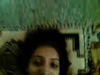 desi可愛的女孩朋友sapna mms性與rakesh在房間裡