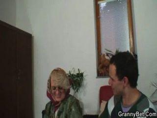 淘氣的奶奶放棄她的老unt