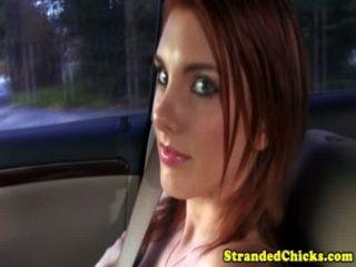 搭車遠足豐滿的青少年紅頭髮閃光